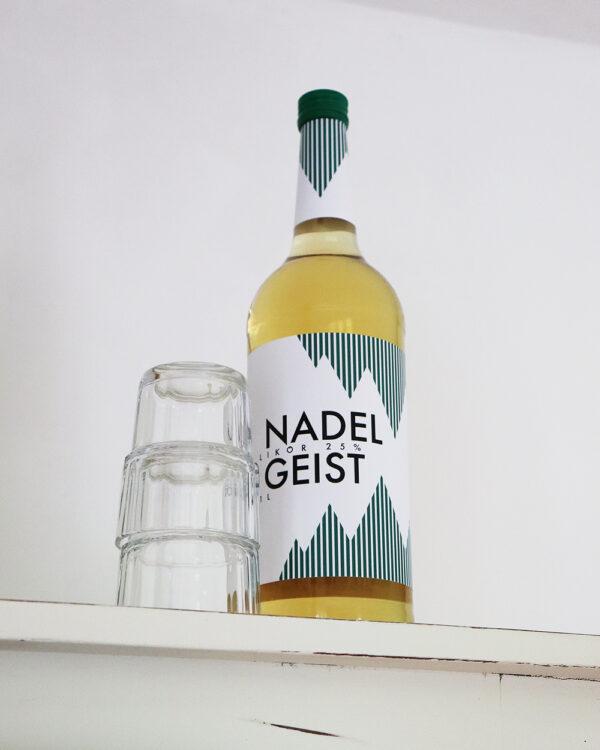 Flasche Nadelgeist und zwei Gläser